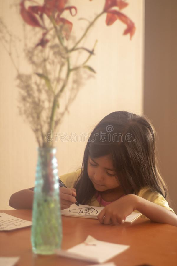Dessin de fille de brune sur la table photos stock