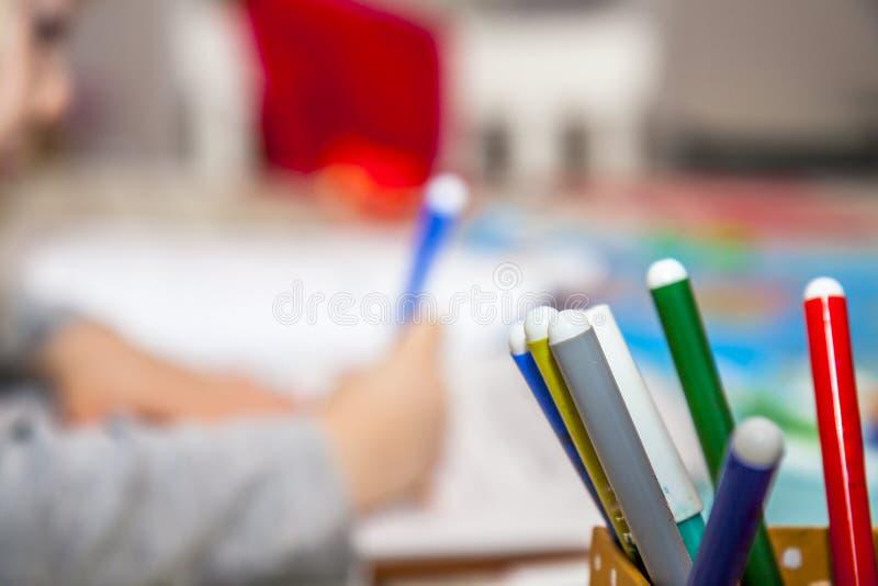 Dessin de fille de plan rapproché avec les crayons colorés photos libres de droits
