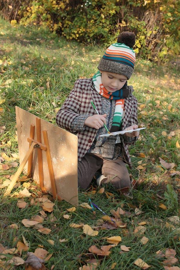 Dessin de garçon extérieur en automne image stock