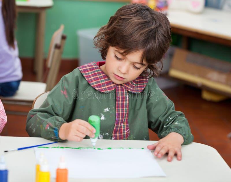 Dessin de Little Boy en Art Class photo libre de droits
