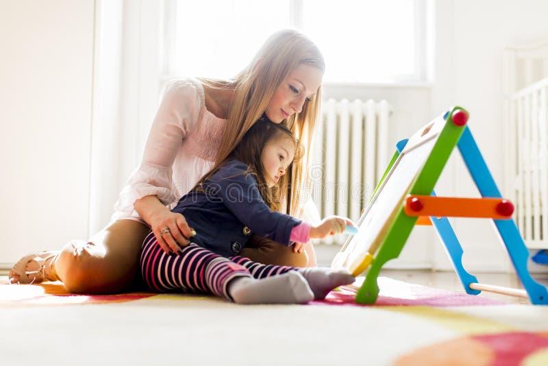 Dessin de mère et de fille dans la chambre photos libres de droits