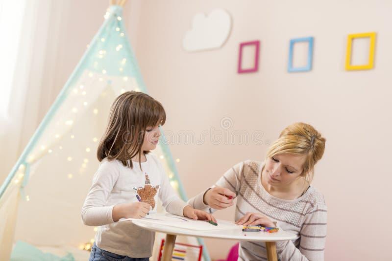 Dessin de mère et de fille avec des crayons photos libres de droits
