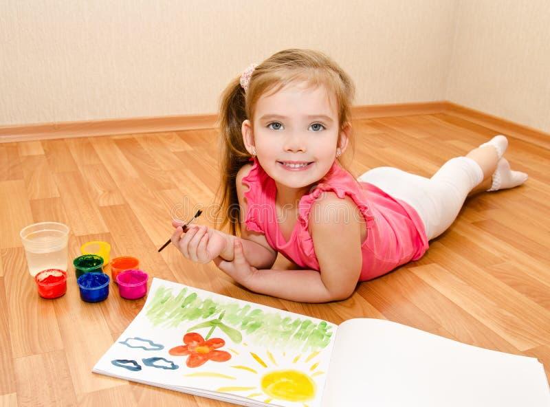 Dessin de petite fille avec la peinture photo libre de droits
