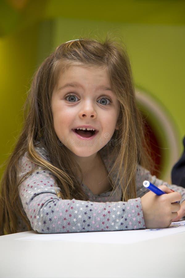 Dessin de petite fille dans la salle de jeux images libres de droits
