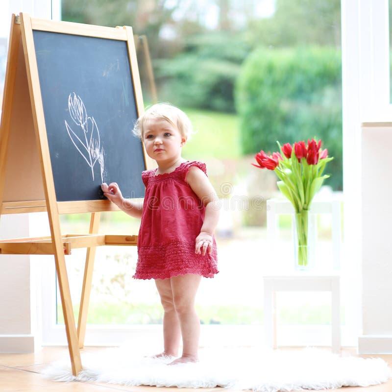 Dessin de petite fille sur le tableau blanc photographie stock libre de droits
