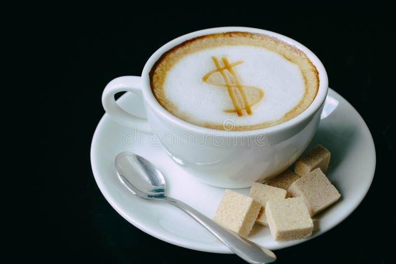 Dessin de symbole dollar sur la tasse de café d'art de latte photographie stock