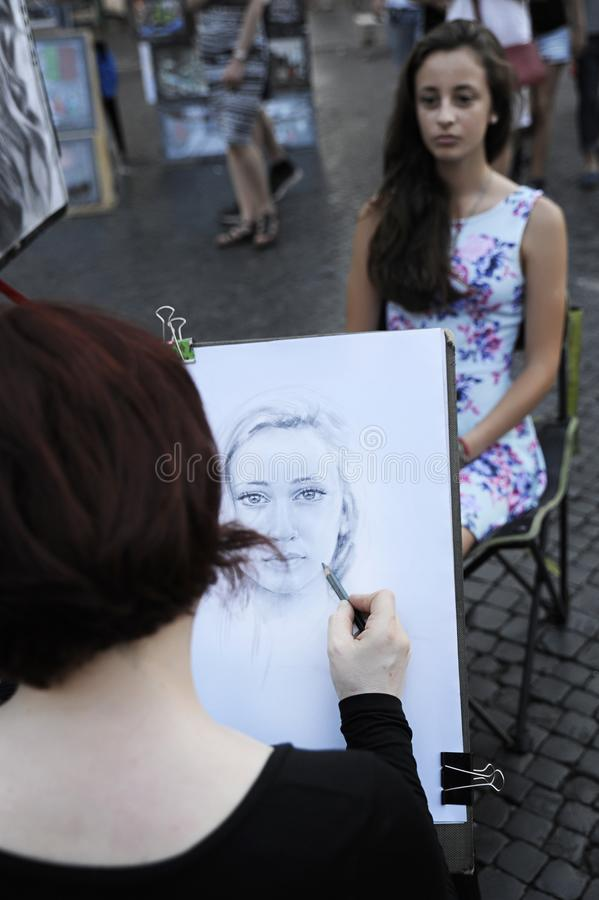 Dessin femelle d'artiste de rue dans Piazza Navona, Rome image libre de droits
