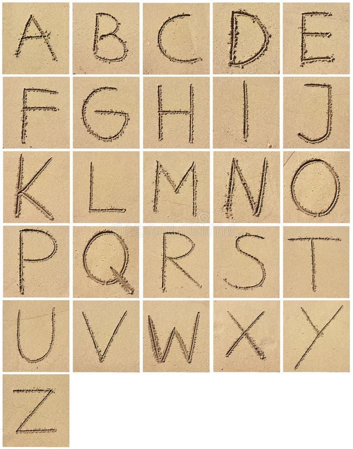 Dessin ou écriture d'alphabet dans le sable photographie stock libre de droits