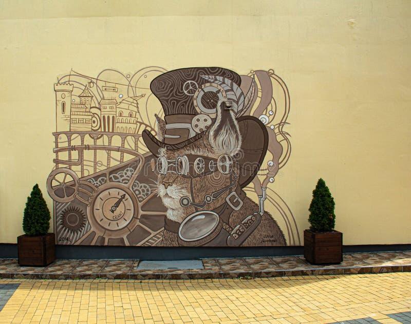Dessin sur le mur d'une maison sur une rue d'une petite ville baltique photos libres de droits