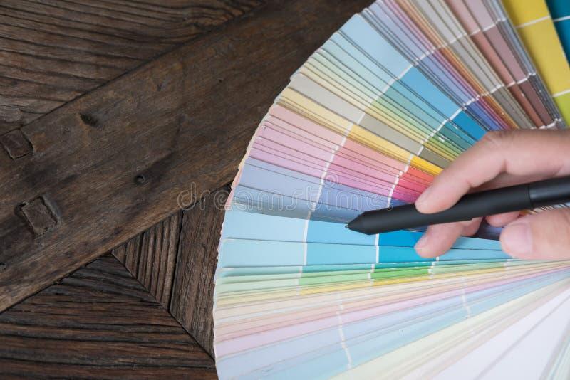 dessinateur d'intérieurs graphique ou choisissant une couleur de l'échantillon de couleur photographie stock libre de droits