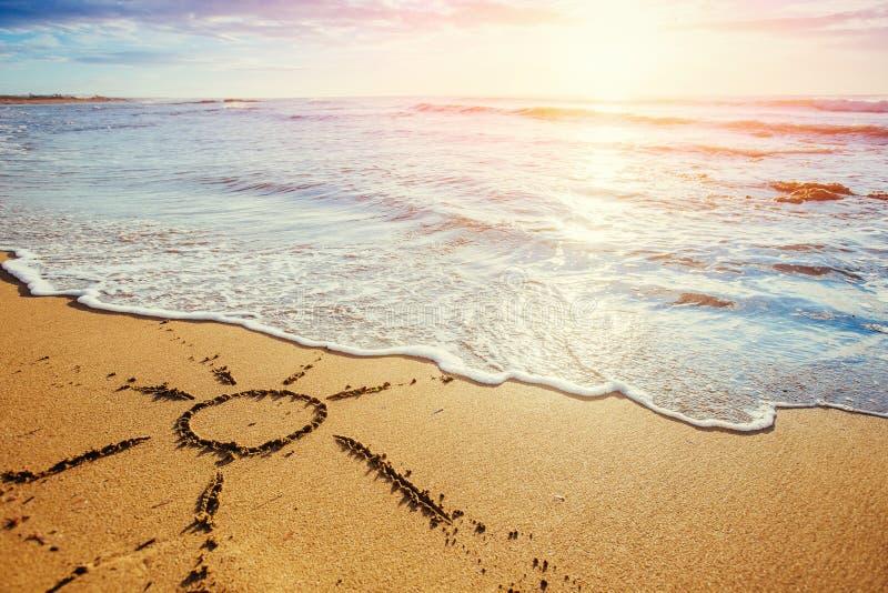 Dessins dans le sable sur la plage photographie stock