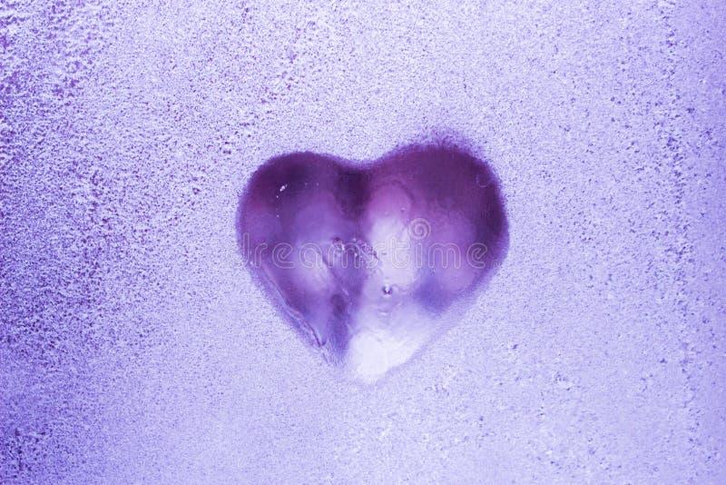 Dessins des amants sur une fenêtre congelée Jour du `s de Valentine images stock