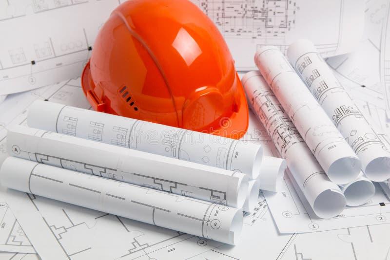 Dessins, modèle et casque architecturaux de papier image stock