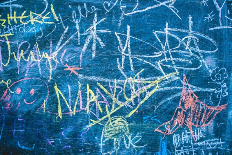 Dessins multicolores sur le tableau noir avec des mots image libre de droits