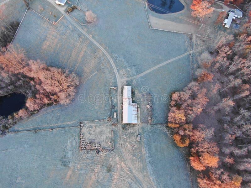 Dessus aérien en bas de vue de basse cour avec le hangar photographie stock libre de droits