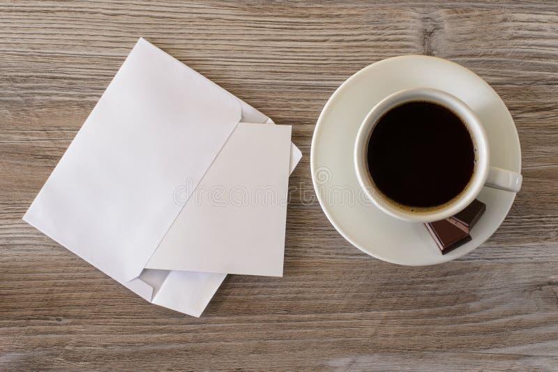 Dessus au-dessus de fin de frais généraux vers le haut de photo de vue de tasse foncée d'expresso de matin frais savoureux de cof image stock