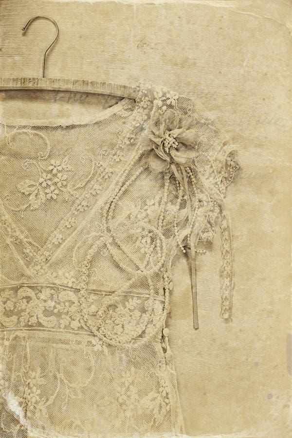 Dessus blanc de dentelle de crochet de vintage avec le cintre sur le fond en bois photo noire et blanche de style ancien photos stock