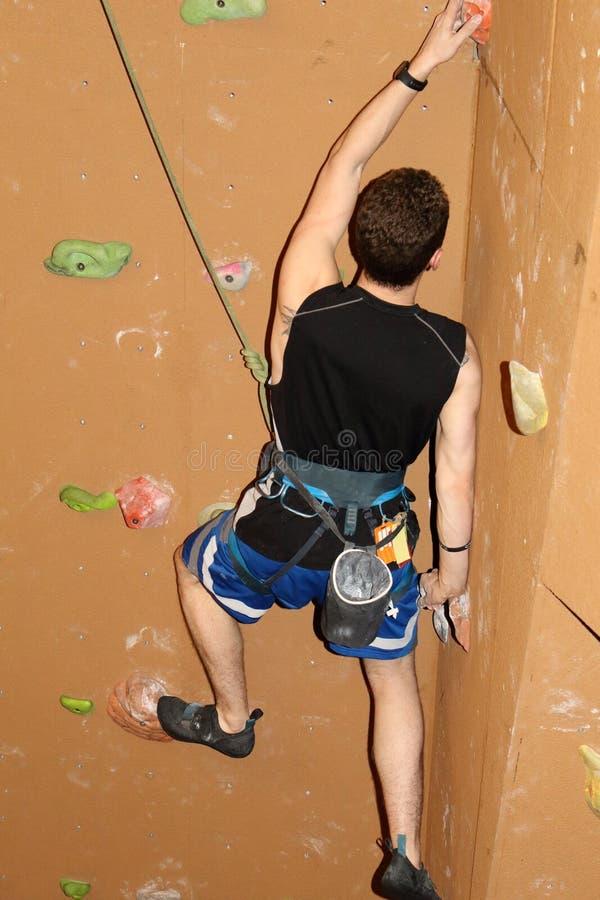 Dessus-corde de brun de portée de grimpeur images libres de droits
