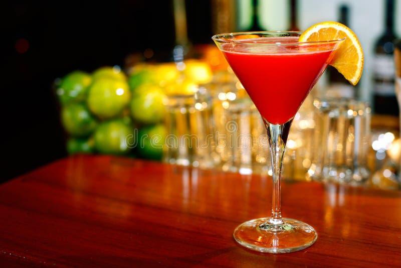 Dessus cosmopolite de cocktail sur le bar photographie stock