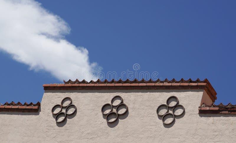 Dessus d'avant de théâtre de Santa Fe avec des modèles de cercle contre le ciel bleu et le nuage blanc images libres de droits