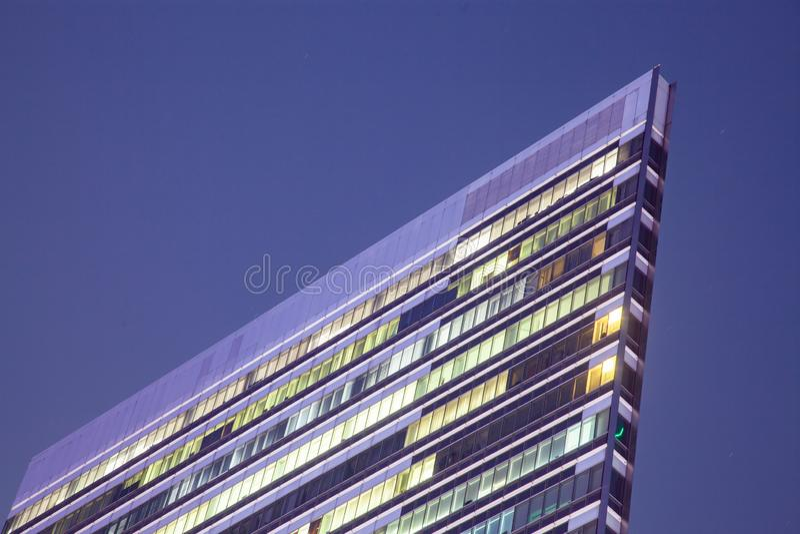 dessus d'un gratte-ciel la nuit avec la lumière dans les fenêtres images libres de droits
