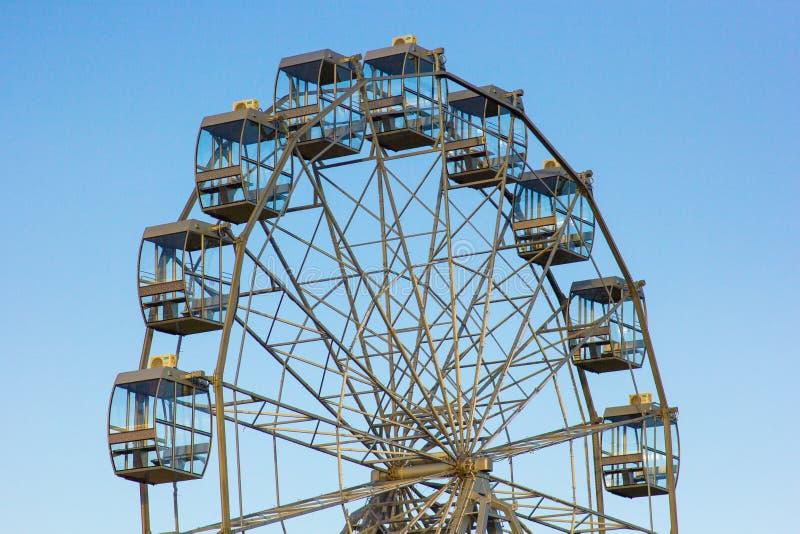 Dessus d'une roue de ferris contre un ciel bleu image libre de droits
