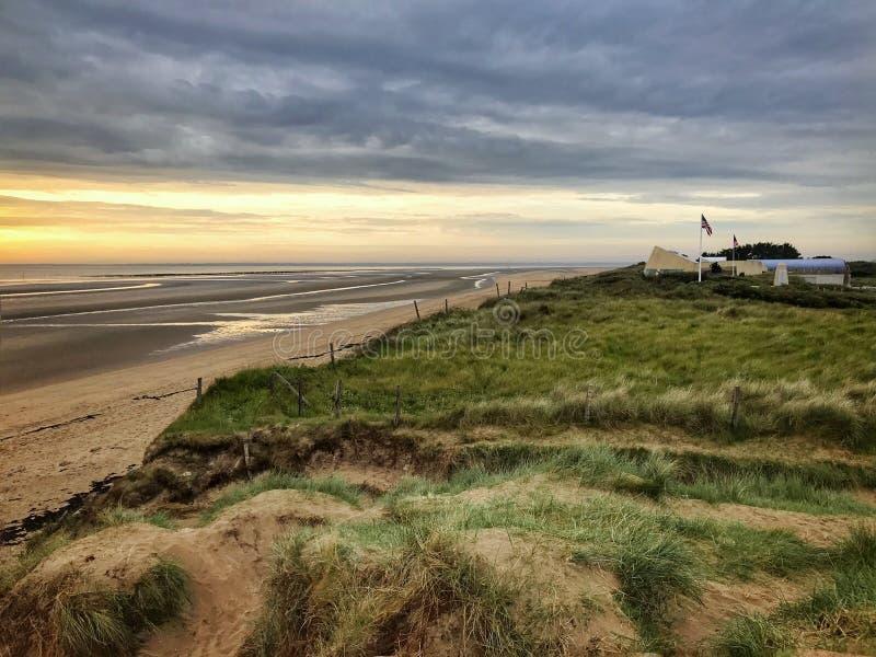 Dessus de colline de crique de plage sablonneuse photo stock