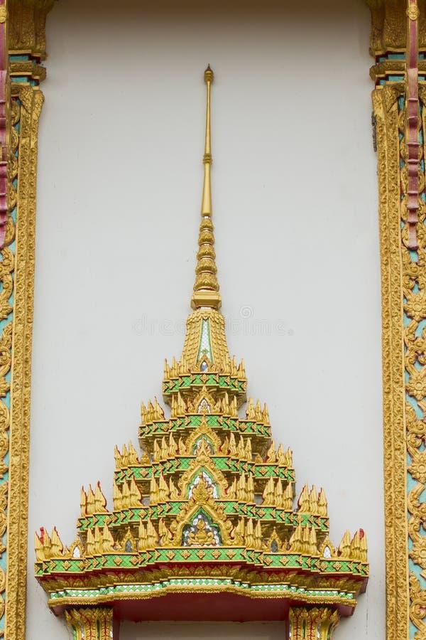 Dessus de couleur thaïlandaise d'or de fenêtre de temple photo libre de droits