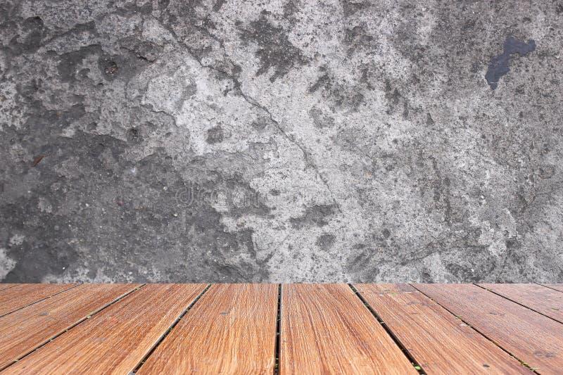 Dessus de la table en bois sur le vieux fond de mur en béton photos stock