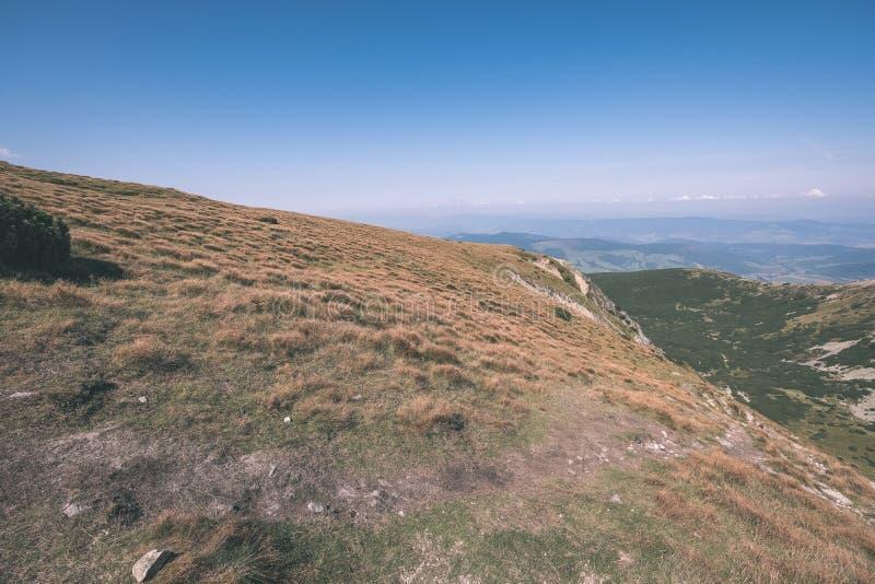 dessus de montagne rocheuse avec des sentiers de randonnée en automne dans carpathien occidental slovaque de Tatra avec le ciel b photo libre de droits