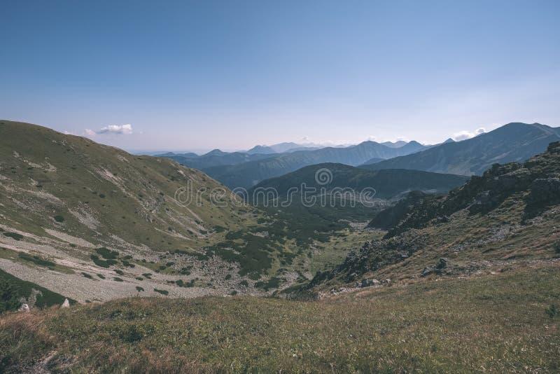 dessus de montagne rocheuse avec des sentiers de randonnée en automne dans carpathien occidental slovaque de Tatra avec le ciel b photographie stock libre de droits