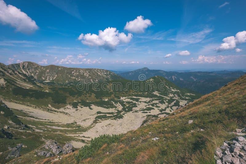 dessus de montagne rocheuse avec des sentiers de randonnée en automne dans carpathien occidental slovaque de Tatra avec le ciel b images stock
