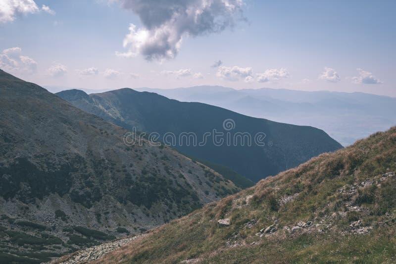 dessus de montagne rocheuse avec des sentiers de randonnée en automne dans carpathien occidental slovaque de Tatra avec le ciel b photos libres de droits