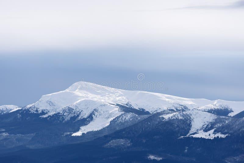 Dessus de montagne sous la neige photos libres de droits