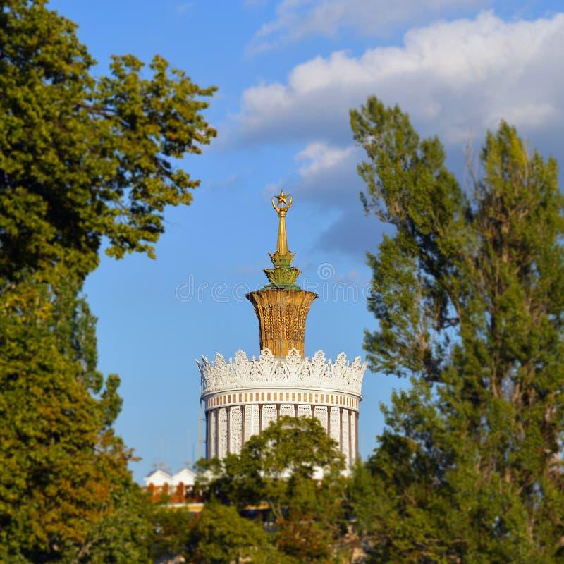 Dessus de pavillon de l'Ukraine SSR chez VDNKh photos libres de droits
