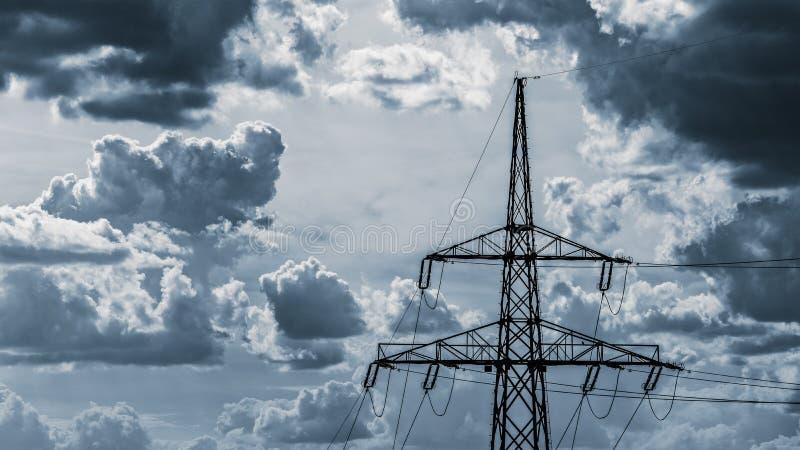 Dessus de pylône de l'électricité sur un fond de ciel nuageux image libre de droits