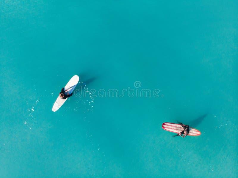 Dessus de surfer de vague dans l'océan, aeria de vue supérieure images libres de droits