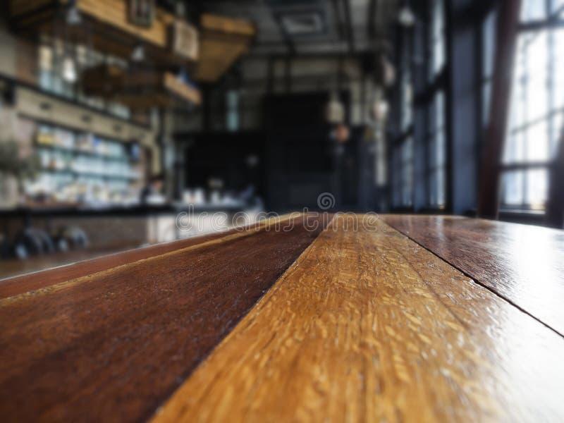 Dessus de table avec le fond brouillé d'intérieur de barre image libre de droits