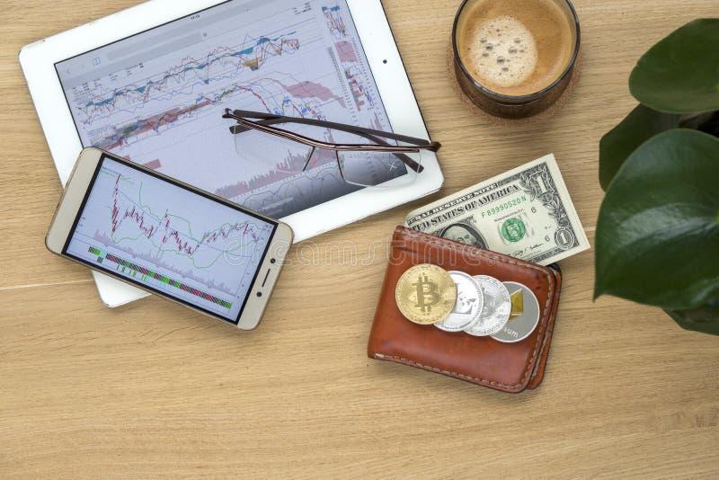 Dessus de table d'affaires avec du café, tablette, téléphone portable photo libre de droits