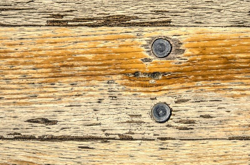 Dessus de table en bois avec deux clous en acier photographie stock