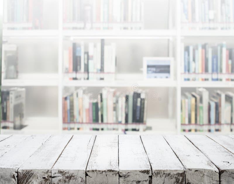 Dessus de table en bois blanc de texture sur la bibliothèque de tache floue photographie stock