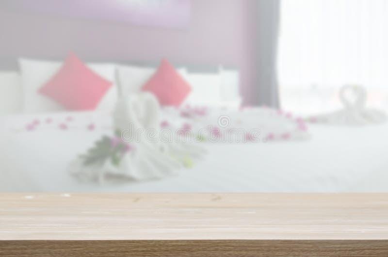 dessus de table en bois et chambre à coucher brouillée photo stock