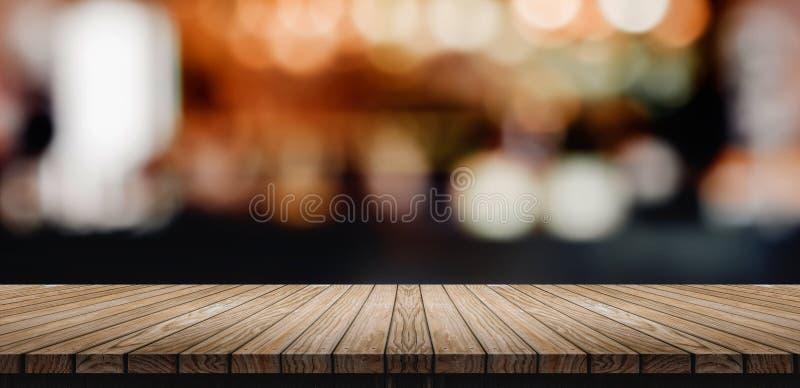 Dessus de table en bois de planche avec le compteur de barre de boîte de nuit de tache floue avec le bokeh photo stock