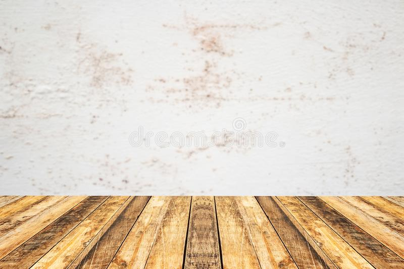 Dessus de table en bois de planche de perspective vide avec le vieux blac de mur de ciment photo libre de droits