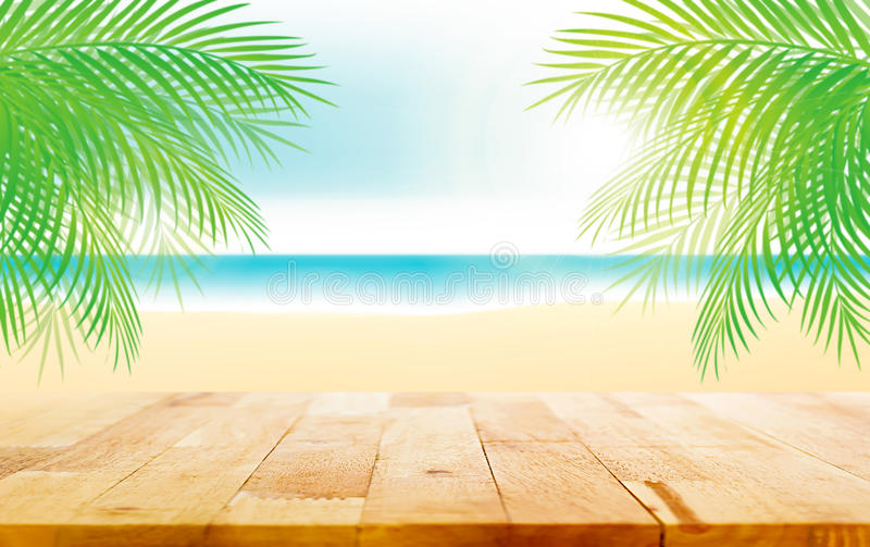 Dessus de table en bois sur le beau fond de plage d'été illustration stock