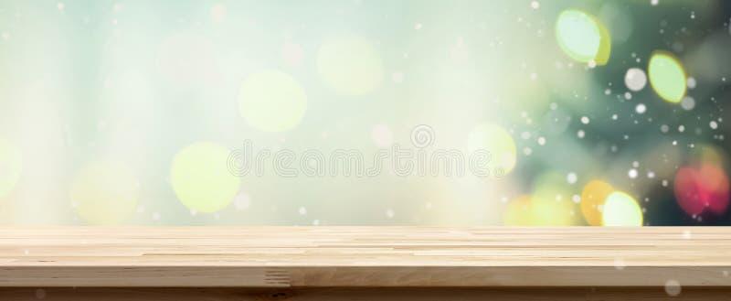 Dessus de table en bois sur le fond de bokeh de l'arbre de Noël décoré image stock