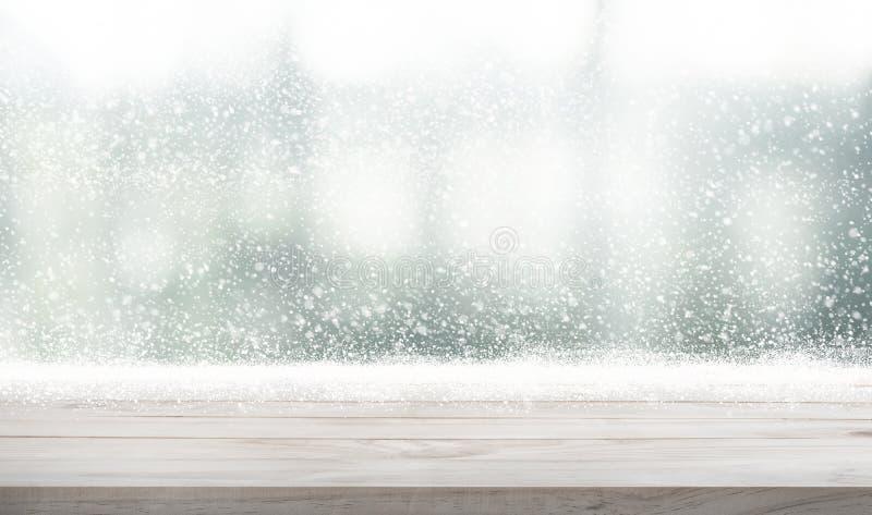 Dessus de table en bois vide avec des chutes de neige de fond de saison d'hiver f photos libres de droits