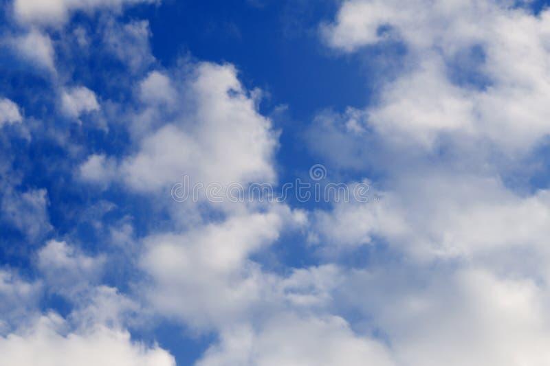 Dessus de table en bois vide contre, brouillé un fond d'abrégé sur ciel bleu Pour l'affichage de produit et la publicité et les p photos libres de droits