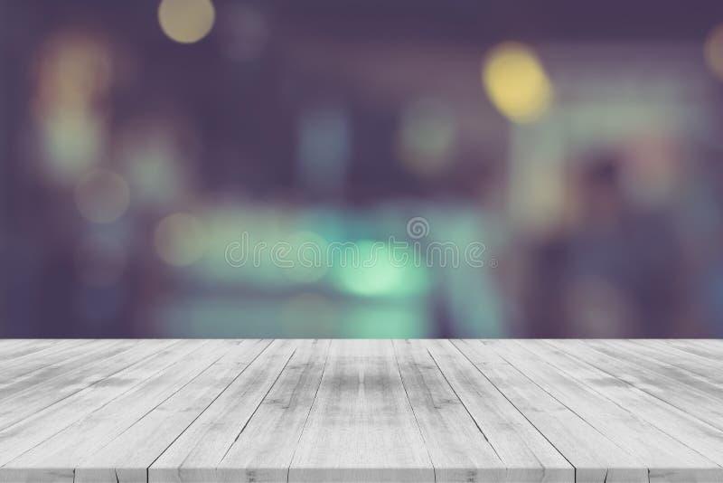 Dessus de table en bois vide noir et blanc sur le fond brouillé image stock