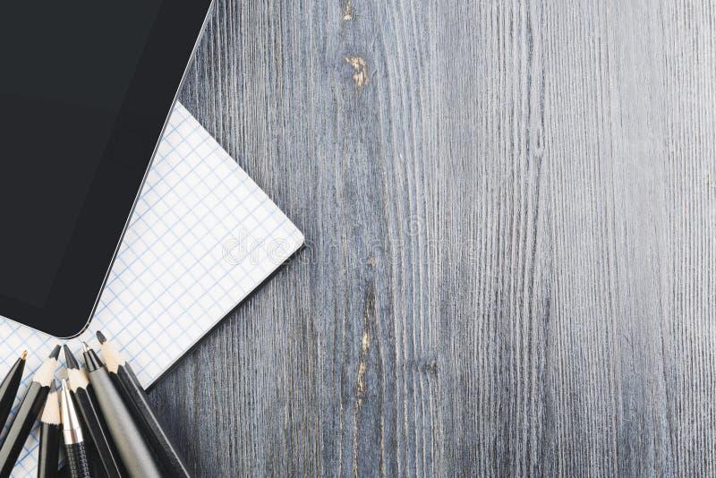 Dessus de table moderne avec le comprimé vide photographie stock libre de droits